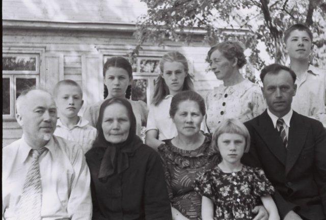 Iš kairės profesorius Pranas Mažylis ir jo giminaičiai, Šileikiškių kaime.