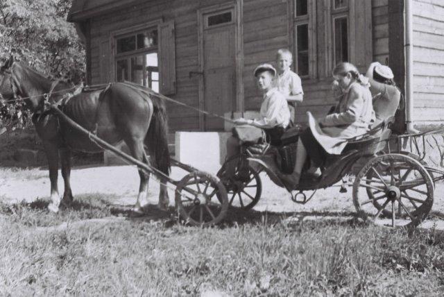 Vežimaityje. Iš kairės sėdi Jonas Mažylis, Jurgis Jankevičius, už jų - Jūratė Jankevičiūtė.