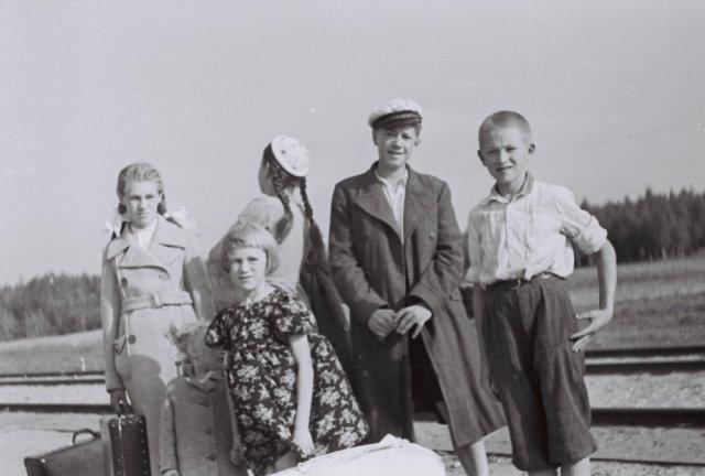 Iš dešinės Jūratė Jankevičiūtė, Prano dukterėčia, vėliau anatomijos profesorė. Nusisukusi Prano duktė Liūda Mažylytė, būsimoji Rasteikienė, chemijos profesorė. Priekyje Reda Jankevičiūtė, su kepure Jonas Mažylis, dešinėje Jurgis Jankevičius, prie Ska