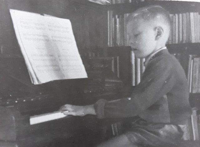 Liudas Mažylis mokosi groti pianinu.