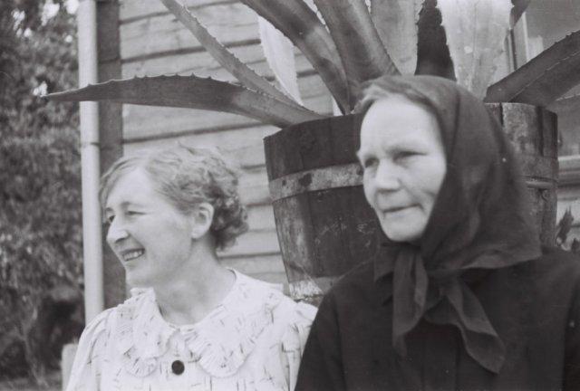 Kairėje Antanina Mažylytė - Bliudžiuvienė (Prano sesuo). Šileikiškių kaime.