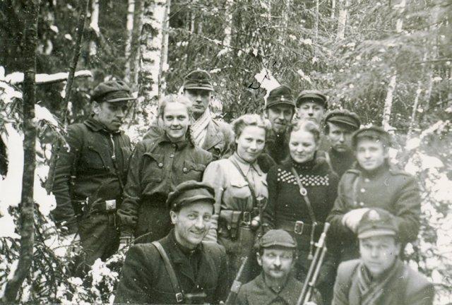 Algimanto apygardos partizanai ir ryšininkės Žaliojoje girioje. 1947 m.
