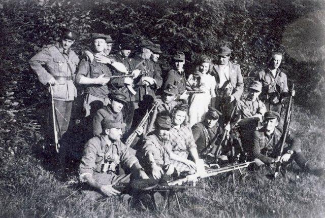 Grupė Algimanto apygardos partizanų su ryšininkėmis. GAM