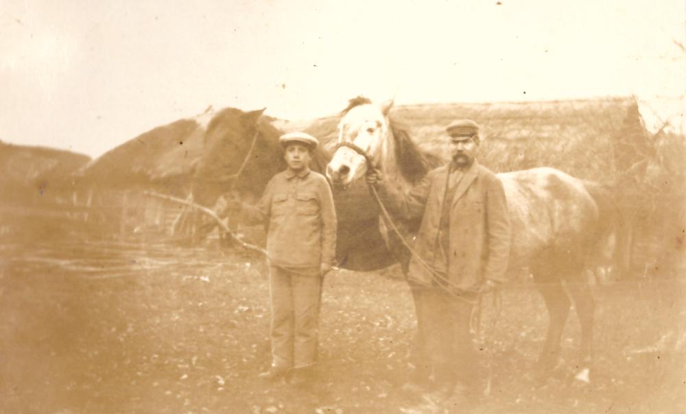 Adomas ir Jokūbas Petrauskai savo ūkyje su arkliais, 1926 m. GEK 798