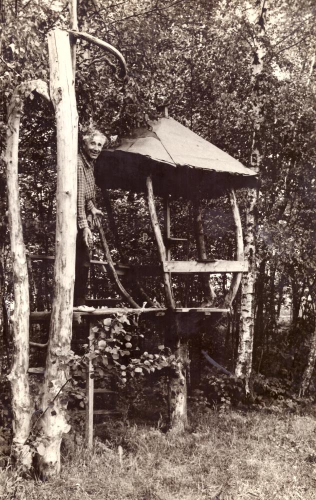 """Adomas Petrauskas savo sodyboje pamiškėje, prie """"Pasakų namelio"""", apie 1969 m. GEK 853"""