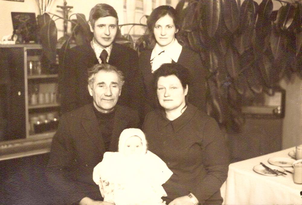 Liuda ir Adomas Petrauskai (sėdi) su krikšto dukra Danguole. Už jų stovi mergaitės tėvai, 1970 m. GEK 861