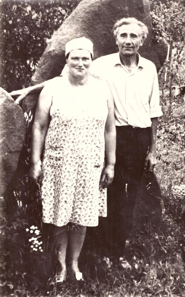 Liuda ir Adomas Petrauskai savo sodyboje – muziejuje, apie 1972 metus. GEK 915