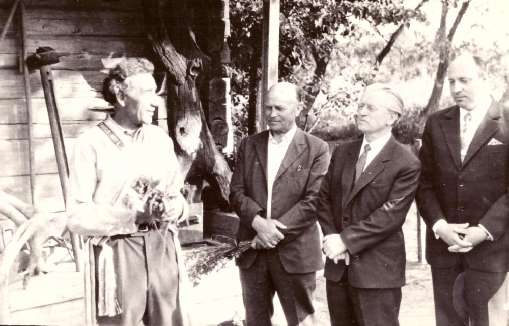 Adomo Petrausko muziejaus atidarymas 1973 m. birželio 9 d. Iš kairės I – as Adomas Petrauskas, II – as rašytojas Juozas Baltušis, III – as režisierius Povilas Zulobas, IV – as kultūros skyriaus vedėjas Algimantas Jasaitis. GEK 740