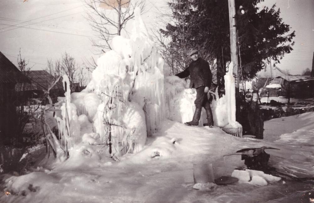 Adomas Petrauskas prie savo kieme esančio ledo fontano, 1977 m. GEK 3046
