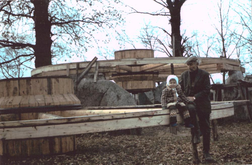Adomo Petrausko muziejuje esančio bokšto statybos pradžia 1978 m. spalio 10 d. Prie statybos darbų Petrauskas (dešinėje) su anūke Kamile Karpyte. PF 1671