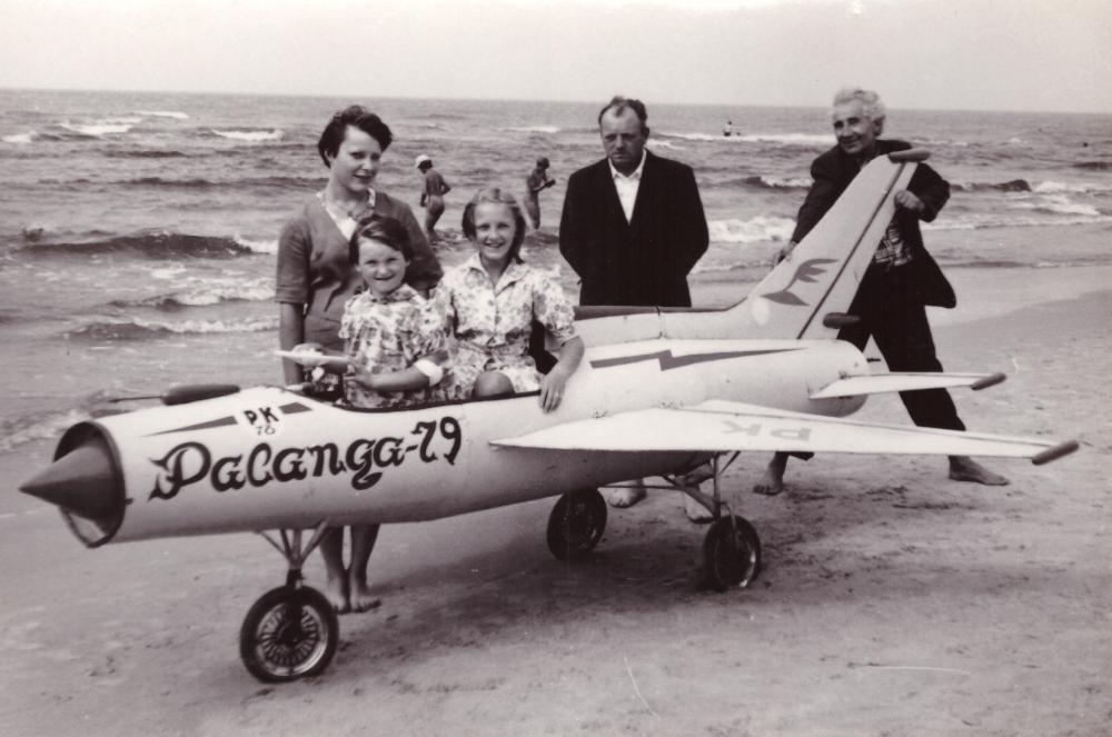 Adomas Petrauskas (pirmas iš dešinės) Palangoje prie lėktuvo ant jūros kranto, 1979 m. GEK 3211