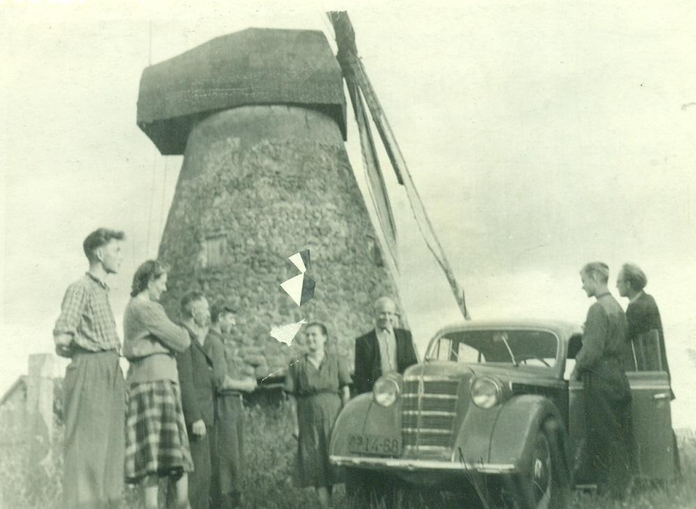 Kupiškyje prie Juozo Vanago malūno. Iš kairė: Rimtautas Kašponis, Aleksandra Tamuliūnienė, Balys Kašponis, Jaunius Kašponis, Marija Kašponienė, Mickevičius, Algimantas Kašponis, Povilas Tamuliūnas. Automobilis Moskvič P. Tamuliūno. Kupiškis, 1954 m. KEM GEK-19907.