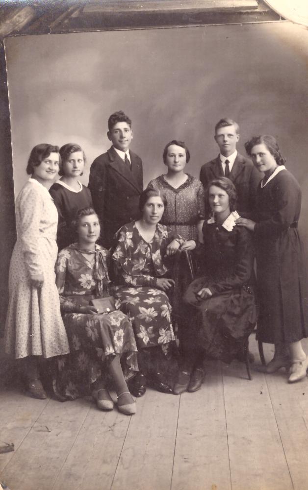 Foto studijoje įsiamžinęs jaunimas (Uoginių kaimo), Vabalninke Žolinės atlaidų metu. Antroje eilėje iš kairės III – ias Adomas Petrauskas. GEK 1014