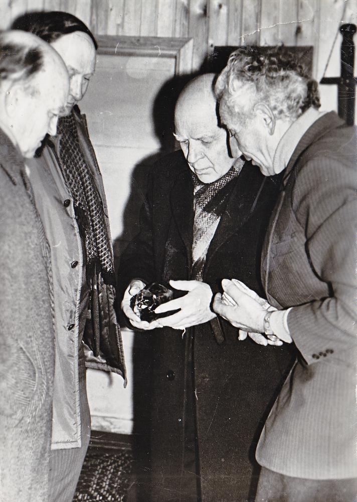 A. Petrausko muziejaus patalpose, iš dešinės: Adomas Petrauskas, rašytojas Juozas Baltušis ir Antašavos kolūkio pirmininkas Vytautas Notkus, 1980 m. GEK 1038
