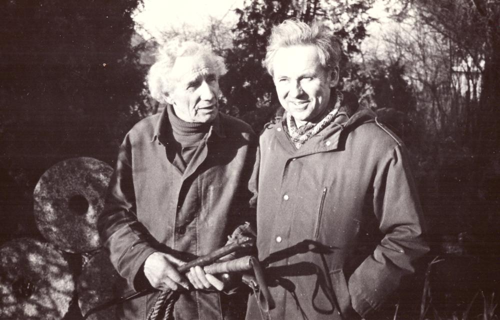 Adomas Petrauskas (kairėje) su Danieliumi Balčiūnu, Šiaulių baldų fabriko direktoriumi, muziejaus kieme, apie 1990 m. GEK 1017