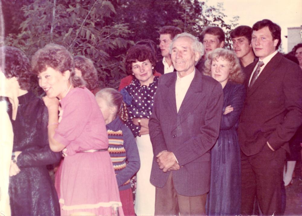 Ekskursantai – vestuvininkai Adomo Petrausko muziejuje, apie 1991 m. GEK 738