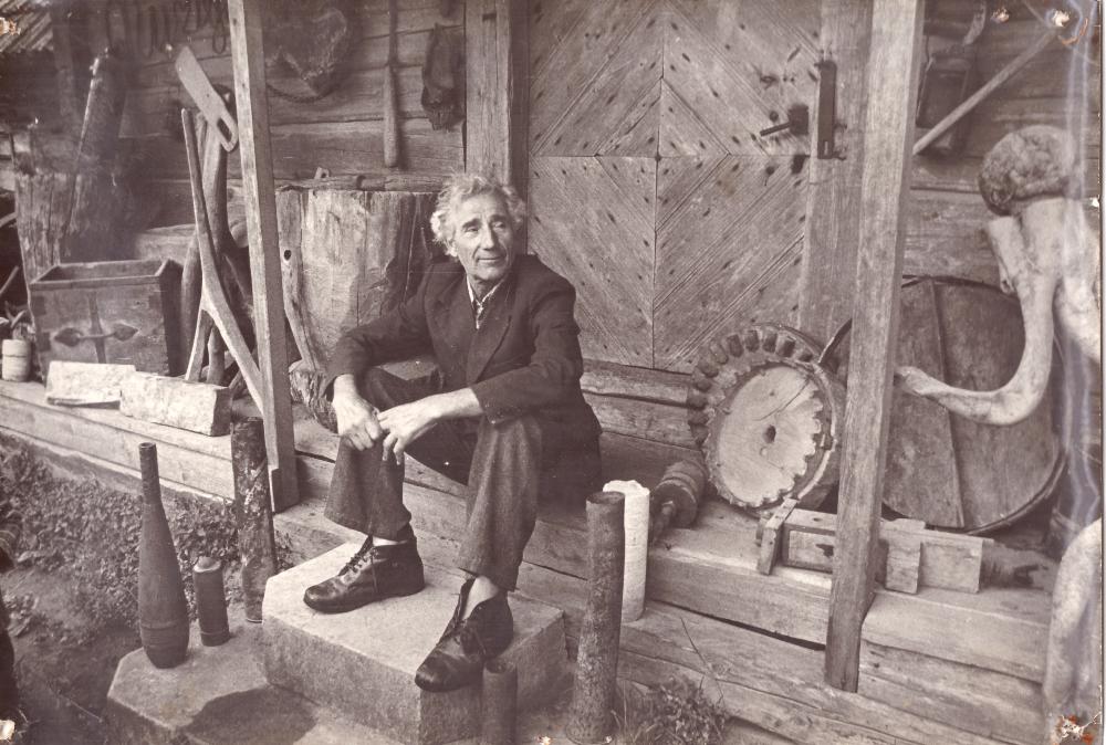 Adomas Petrauskas prie savo klėtelės tarp eksponatų. GEK 3402