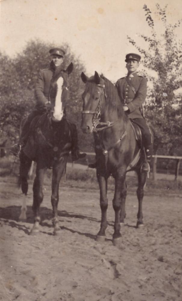 . Adomas Petrauskas (dešinėje) su draugu tarnaudamas Jonušo Radvilos I husarų pulke Kaune, 1938 m. GEK 682