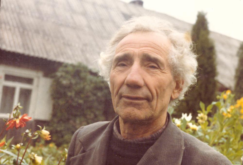 Adomas Petrauskas sodybos – muziejaus kieme prie gyvenamojo namo. GEK 1268