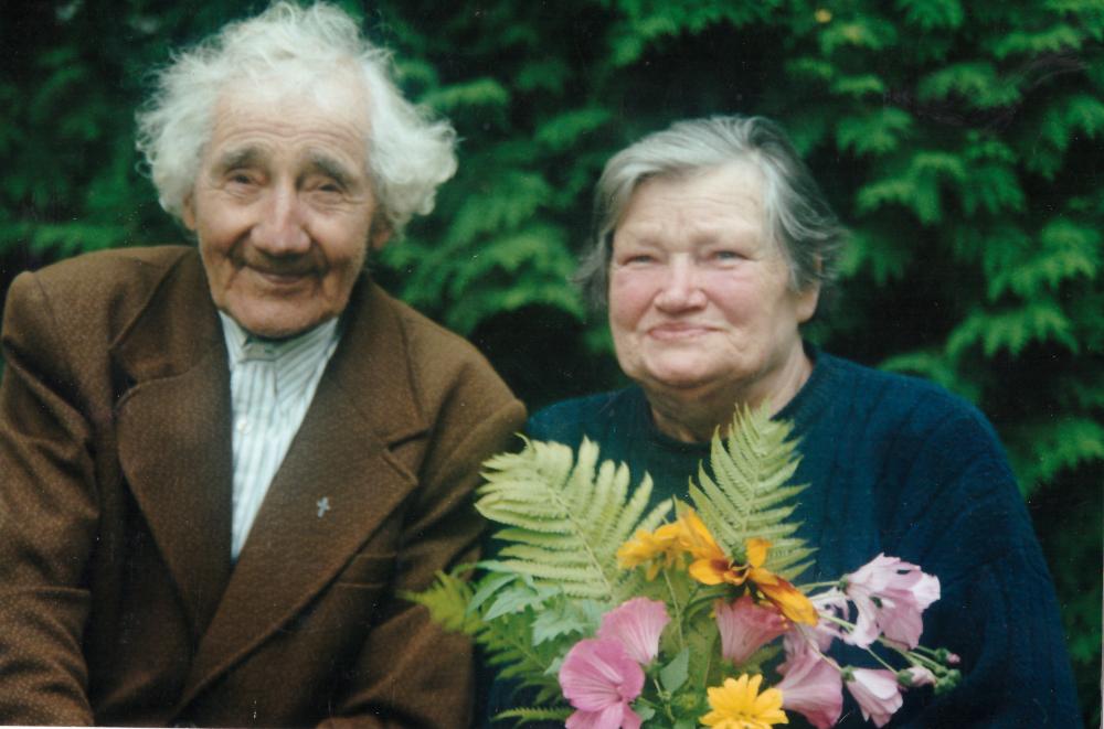 Adomas ir Liuda Petrauskai savo sodyboje. PF 2447