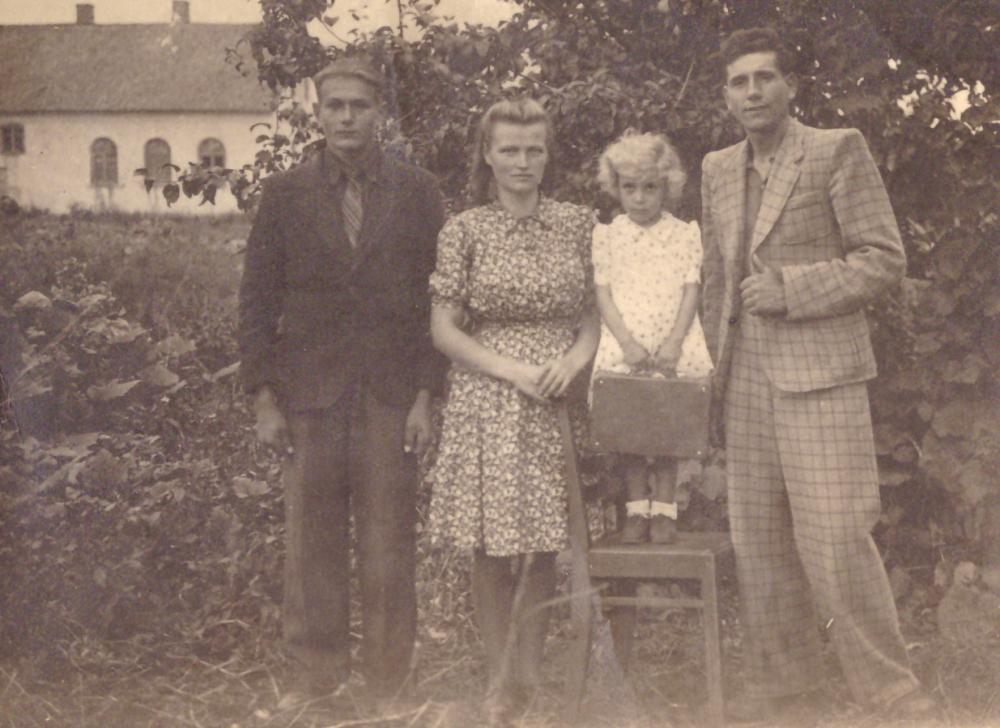 Adomas Petrauskas (dešinėje) su dukra Ona ir žmona Liuda Kavaliauskaite – Petrauskiene Vabalninke. Fotografija J. Daubaro. GEK 1262