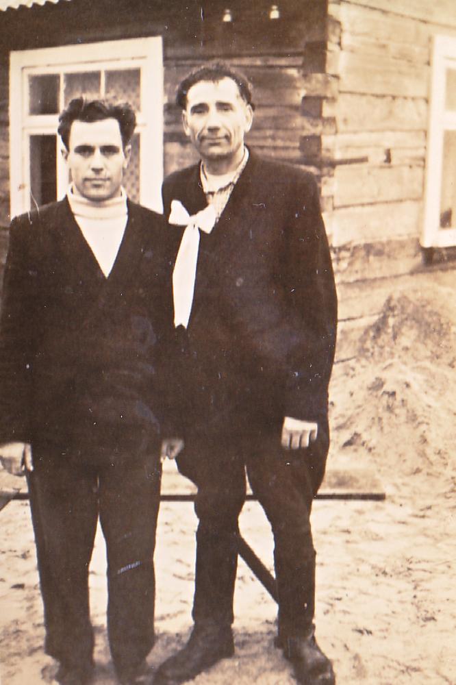 Adomas Petrauskas (dešinėje) vestuvėse piršlys. Su jaunojo broliu Broniumi Pribušausku (kairėje). GEK 748