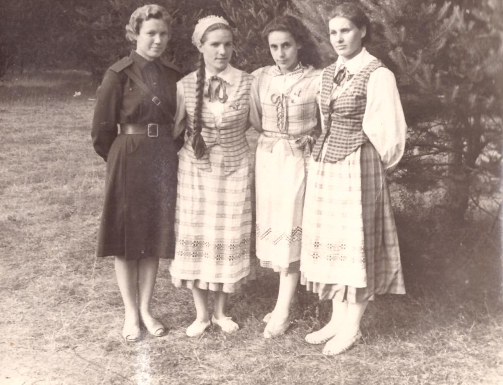 Adomo Petrausko dukra Onutė Petrauskaitė (antra iš dešinės) su draugėmis, 1960 metai. GEK 1071
