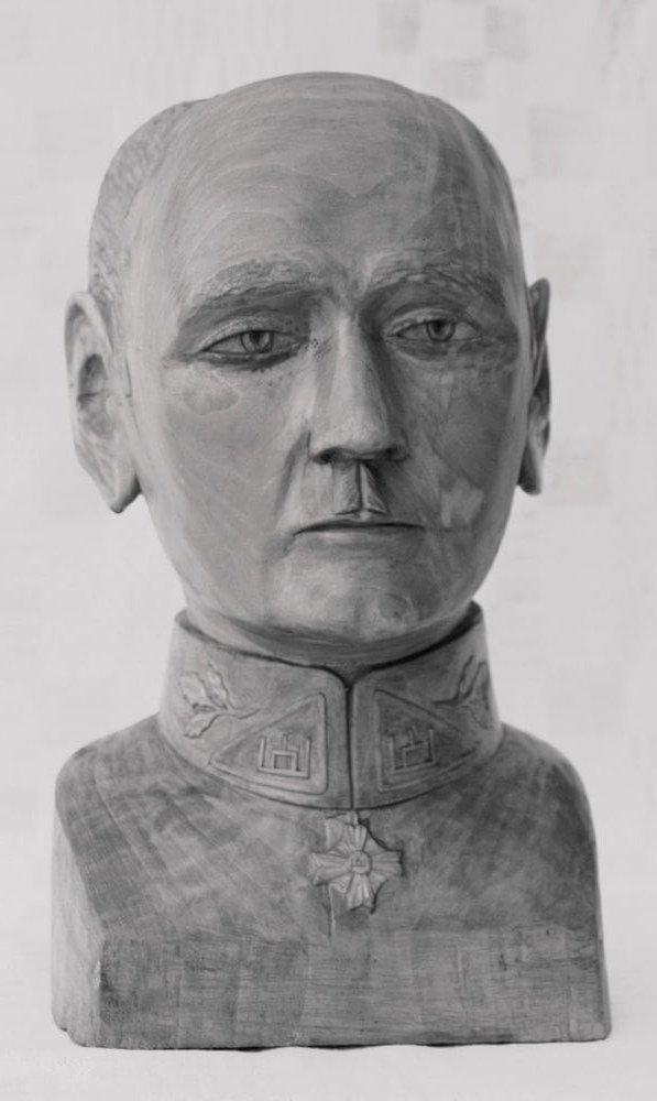 Biustas (medinis, 'Gen. St. Plk. Černius', padarė todėl, kad buvo kupiškėnas, 1992 m., h - 30 cm.