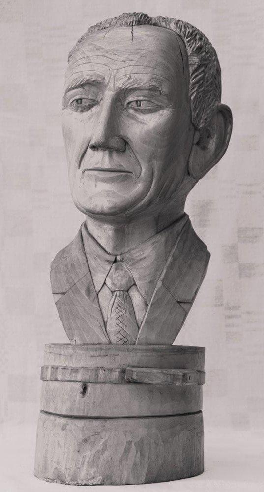 Biustas (medinis, 'Kraštotyrininkas', vyras su kostiumu, apačioje biusto statinė, 1981 m., h - 43 cm.)