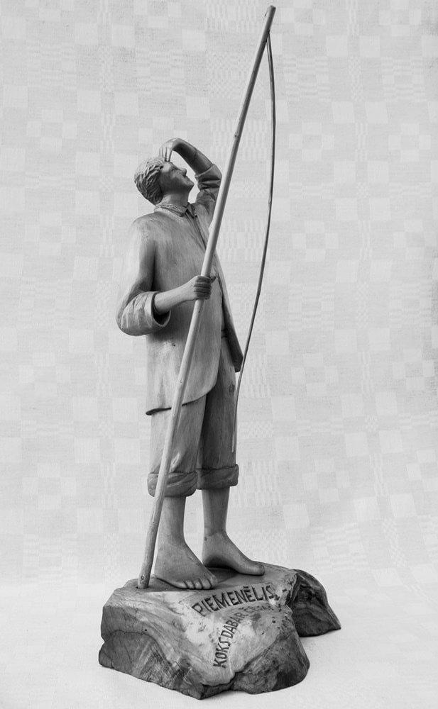 Statulėlė (medinė, 'Piemenėlis', berniukas prisidėjęs prie kaktos ranką žiūri aukštyn, apačioje užrašas: