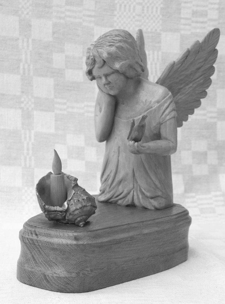 Statulėlė (medinė, 'Dėmesingasis angeliukas', klūpantis angelas ištiestoje rankoje laikantis paukštelį, priešais deganti žvakė, 2011 m., h - 26,5 cm., 15,6 x 23,2 cm.)