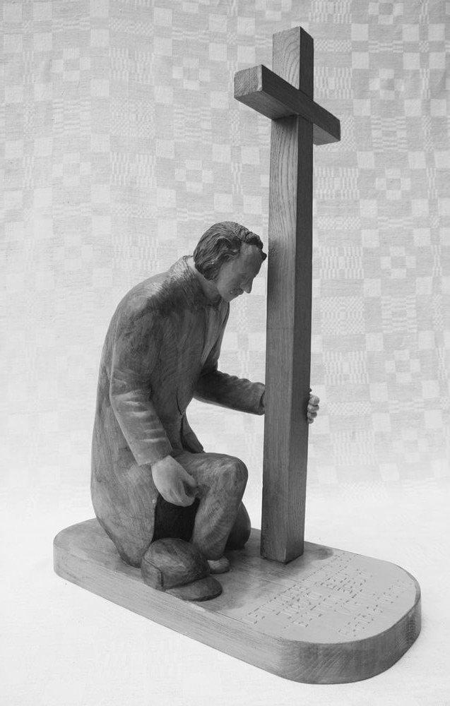 Skulptūra (medinė, ,Lietuvos legendinio knygnešio Jurgio Bielinio mirtis', prie kryžiaus klūpo vyras, šalia padėta kepurė, 2010 m., 45 x 20,6 cm., h - 63,3 cm.)
