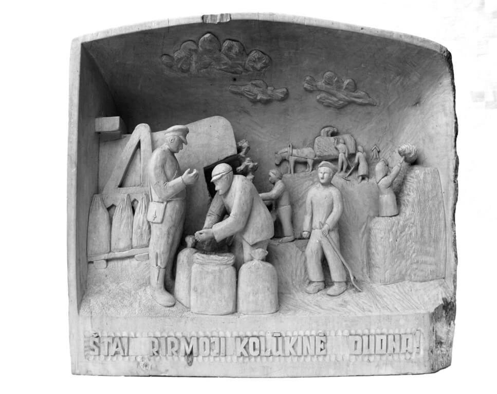 Reljefas (medinis, ,Štai pirmoji kolūkinė duona', vaizduojami derliaus nuėmimo darbai pokario metais, 1986 m., 45 x 42 cm.)