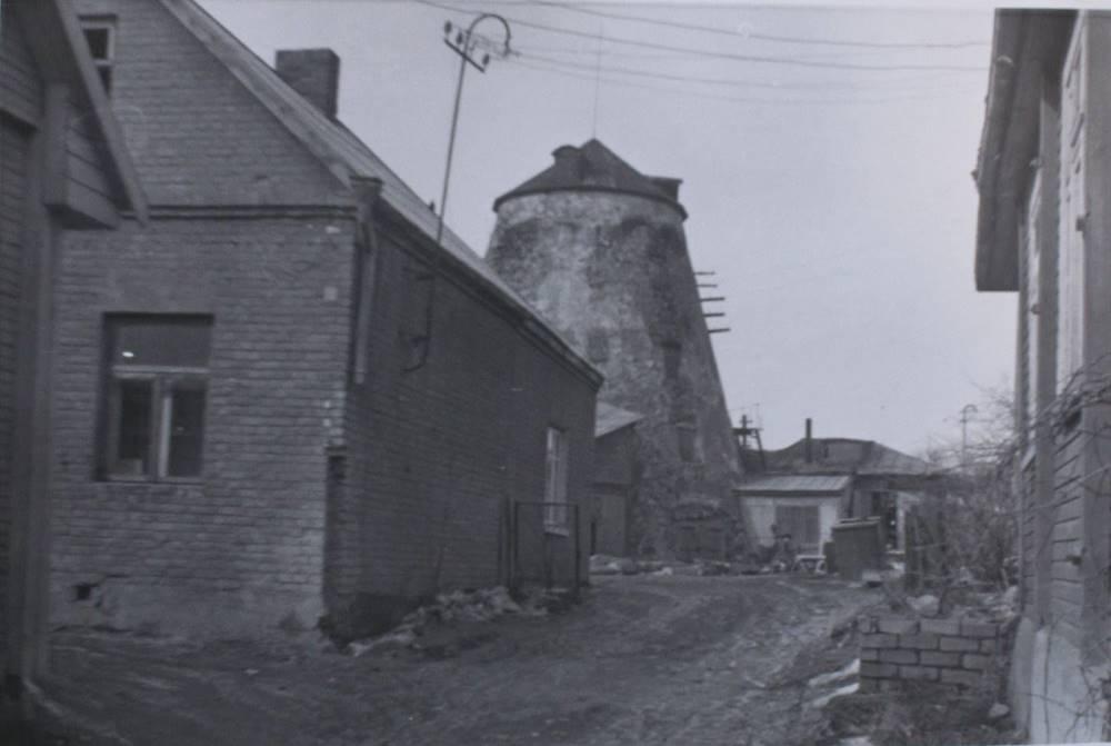 Kupiškio, Dariaus ir Girėno g., vėjo malūnas iš pietų 1979 m.