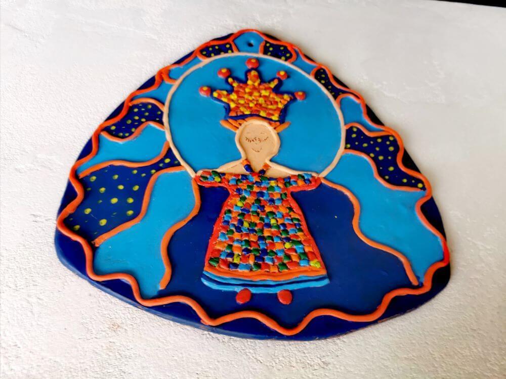 """""""Saugok save"""". Keramika : molis, akrilas. Dydis 25x26 cm Edita Revaitienė 2020 m."""