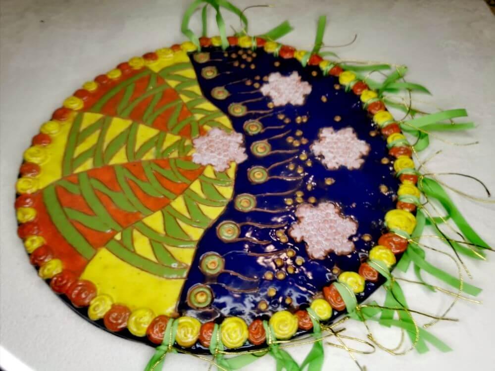 """""""Tikslo link"""". Keramika : molis, glazūra. Atlasinė juostelė. Dydis 27 cm. Jurgita Čiplytė 2021 m."""