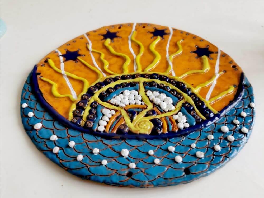"""""""Kiekviena pabaiga yra kažko pradžia"""". Keramika: molis, glazūra. Dydis 26x28 cm. Jurgita Čiplytė 2020 m."""