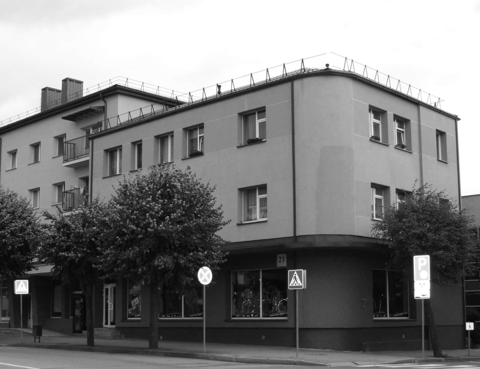 Renovuota Sporto priekių parduotuvė ir gyvenamasis namas. Buvęs Bliumės Trapidaitės namas- parduotuvė statyta apie 1938-1940 m.