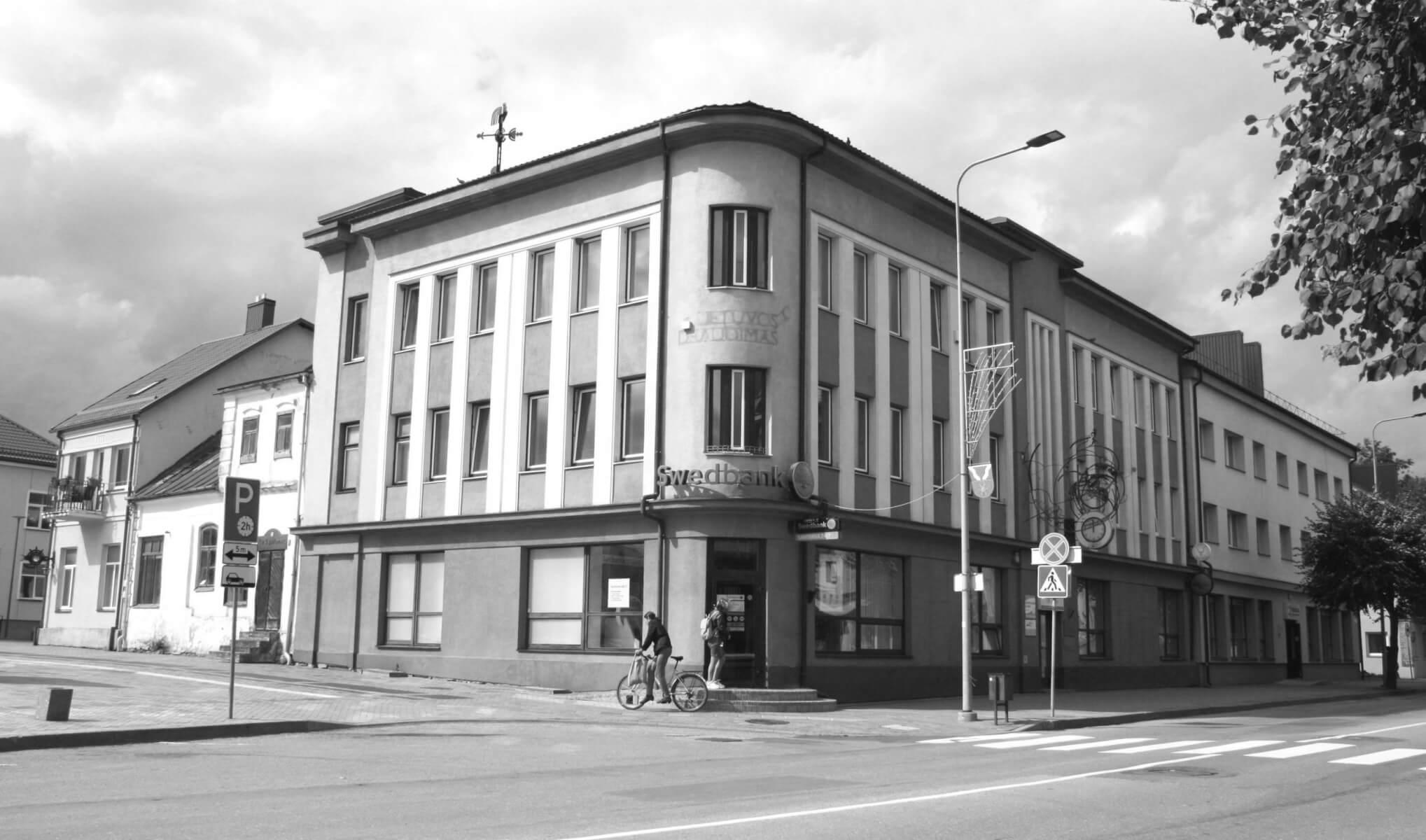 """Pastatas kuriame įsikūrę Swedbank klientų aptarnavimo padalinys, laikraščio """"Kupiškėnų mintys"""" redakcija, odontologinis kabinetas. (Buvęs Kupiškio kooperatyvo ir banko pastatas). 2021 m."""