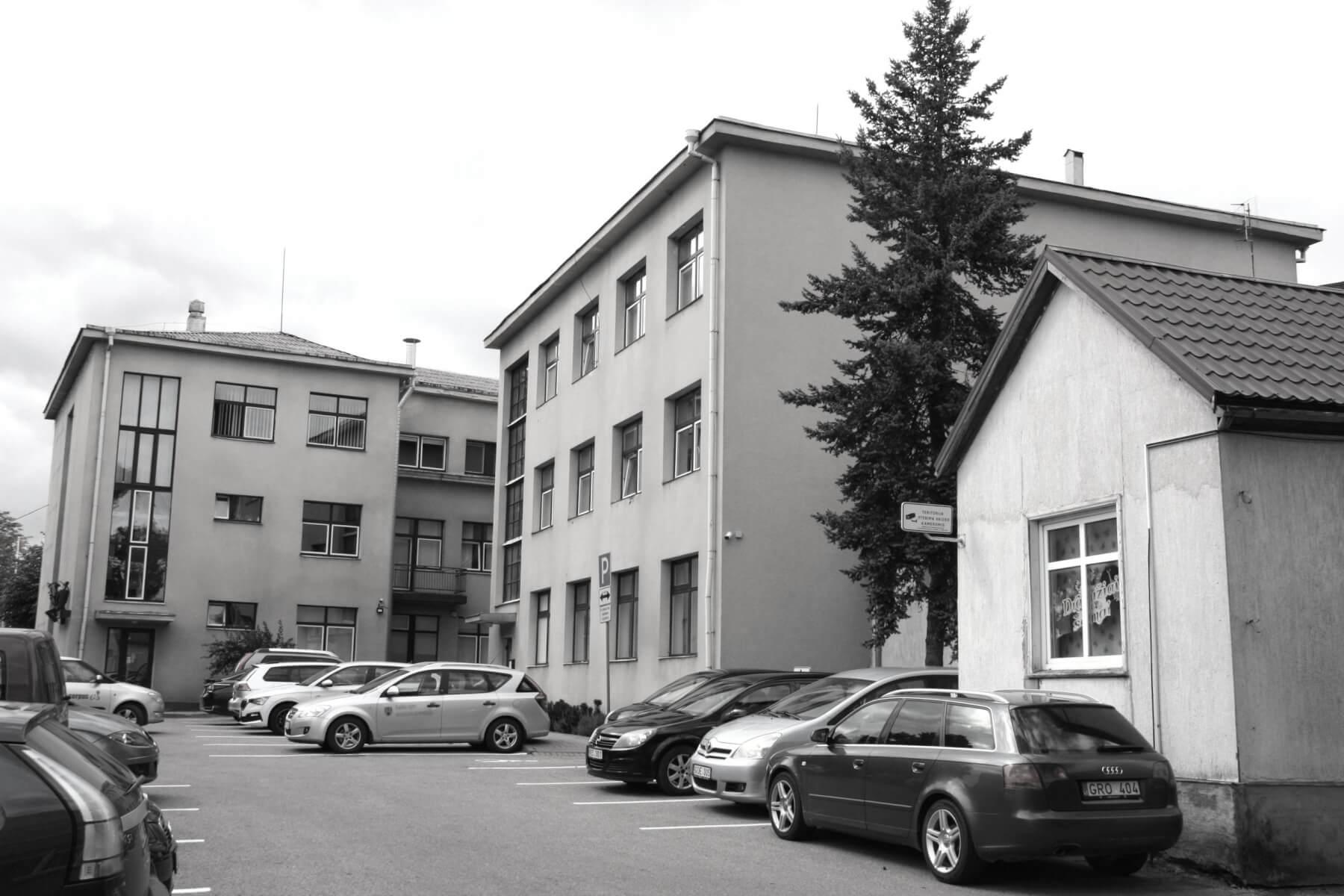 Pastatas (iš kiemo pusės), kuriame įsikūrusi Kupiškio rajono savivaldybės administracija. (Buvęs vaistininko Juozo Stuko namas). 2021 m.