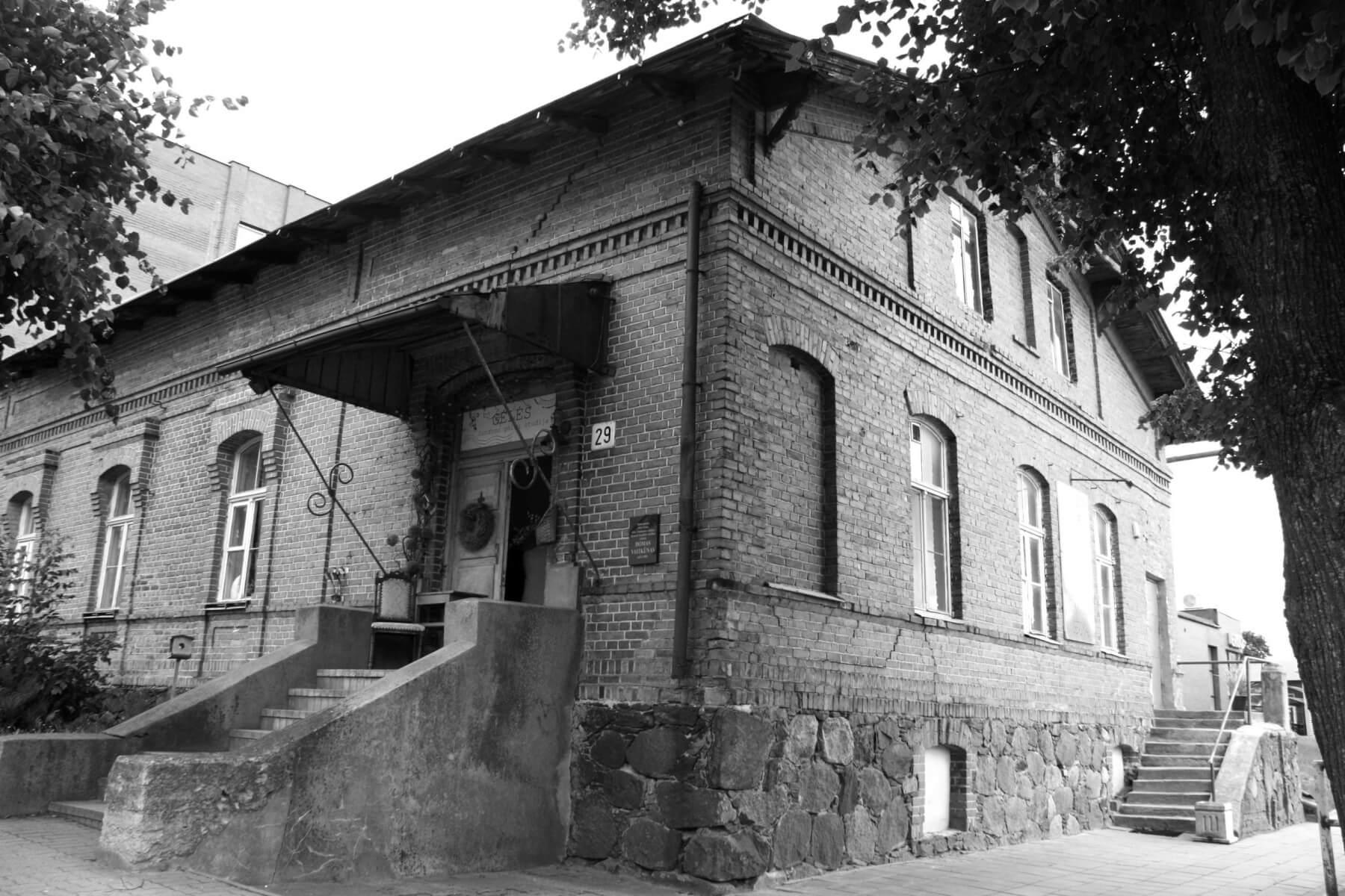 Pastatas, kuriame įsikūrę advokato Jono Algimanto Pakarklio kontora, Sandros gėlių studija, Kupiškio kebabai. Tai buvęs Kupiškio valsčiaus pastatas, statytas XIX a. 2021 m.