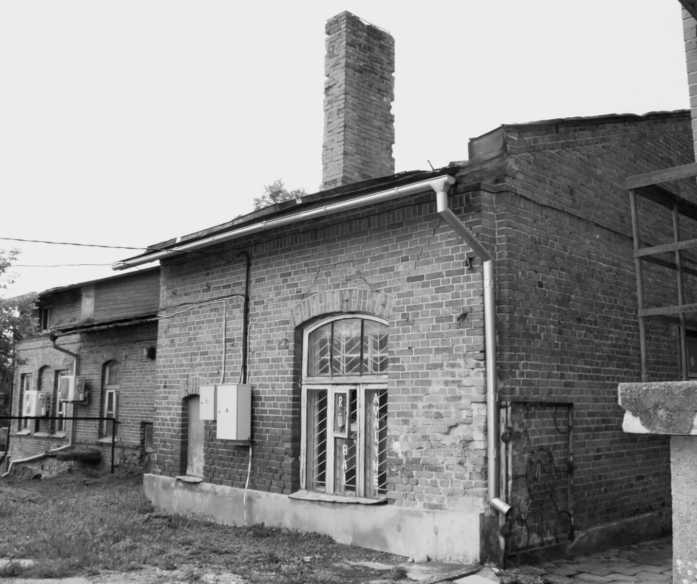 Pastatas, kuriame įsikūrę advokato Jono Algimanto Pakarklio kontora, Sandros gėlių studija, Kupiškio kebabai (iš kiemo pusės). Tai buvęs Kupiškio valsčiaus pastatas, statytas XIX a. 2021 m.