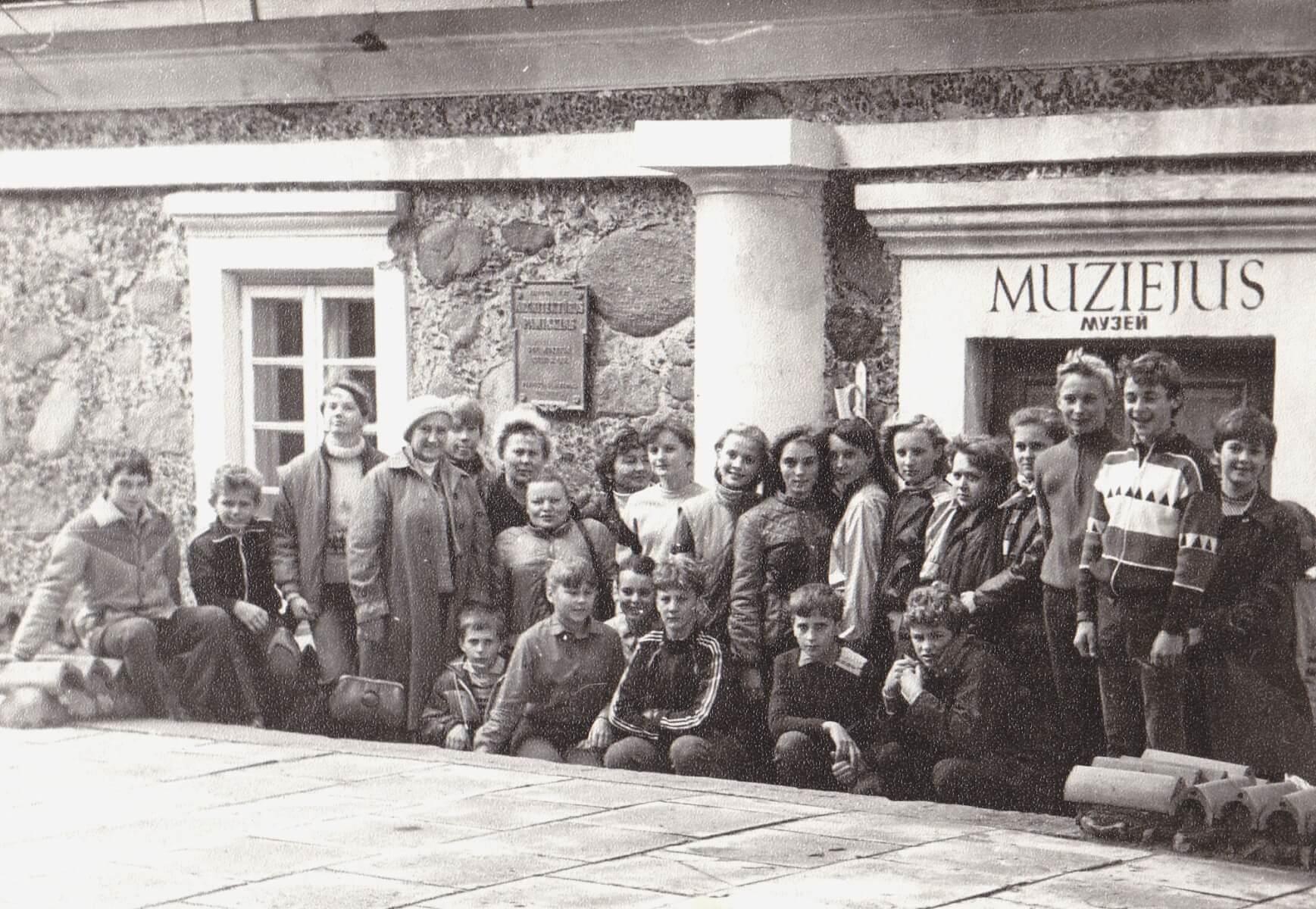 Ekskursija prie Kupiškio kraštotyros muziejaus. 1985 m.